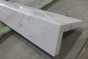 ドラマチックホワイト 格調ある白大理石、上框と巾木でエレガントに!