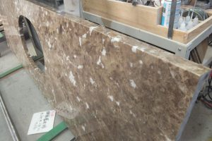 エンペラドールライト 長尺の一枚板!洗面台は、温かみある大理石で。