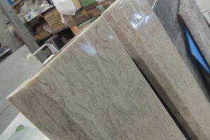 グリスフォシリ 大人気分満載♪上框はクラシカルな大理石で。